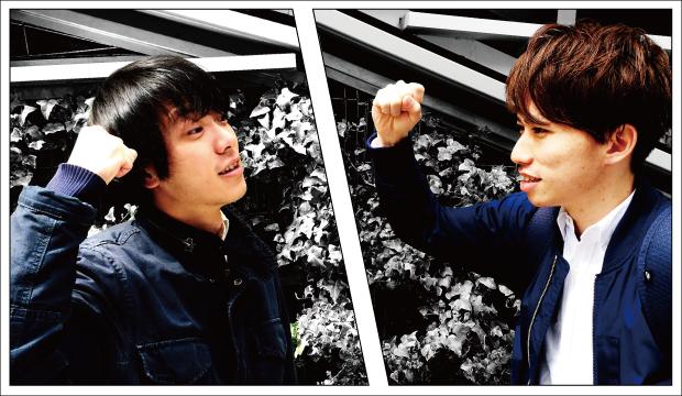 拳を上げる二人...